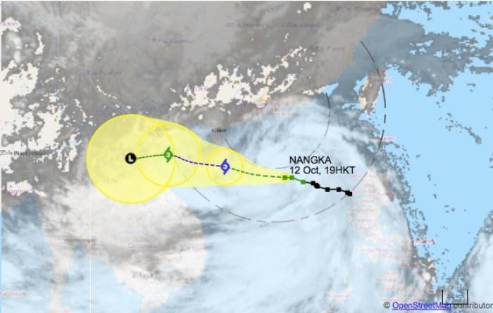 """Hong Kong Observatory meningkatkan sinyal badai T3 saat Topan Tropis Nangka menuju pantai, T8 mungkin muncul pada pagi hari Observatorium Hong Kong telah meningkatkan sinyal badai T3, saat Topan Tropis NANGKA menuju Pulau Hainan di China, di sebelah barat Hong Kong. """"Di bawah pengaruh gabungan dari Nangka dan musim timur laut, akan ada angin kencang, hujan lebat dan badai petir di pantai selatan Cina pada Selasa dan Rabu,"""" kata Observatorium. Sinyal badai T8 diperkirakan akan dikeluarkan saat menjelang pagi pada hari Selasa (13 oktober 2020), yang berarti sebagian besar sekolah dan kantor akan tutup. """"Menurut jalur prakiraan saat ini, Nangka akan paling dekat dengan Hong Kong malam ini dan besok pagi, berjarak sekitar 500 km ke selatan Hong Kong . """"kata HKO. Masyarakat disarankan untuk memeriksa jendela dan pintu mereka, menjauh dari garis pantai jika terjadi gelombang besar, dan memastikan bahwa struktur luar ruangan sementara diikat dengan aman sebagai tindakan pencegahan. Biro Pendidikan menyarankan sekolah untuk tetap membuka tempat mereka dan menerapkan tindakan darurat untuk menjaga siswa yang datang; Dikatakan mereka juga harus memastikan bahwa kondisinya aman sebelum mengizinkan siswa untuk kembali ke rumah. Cuaca diperkirakan akan cerah menjelang akhir pekan: """"Anticyclone yang tinggi akan menguat di bagian akhir minggu ini, hujan akan mereda dan cuaca akan membaik di pantai Guangdong. Topan tropis lainnya diperkirakan masuk dan bergerak melintasi bagian tengah Laut Cina Selatan menjelang akhir pekan, dan akan semakin meningkat, """"tambah Observatorium."""