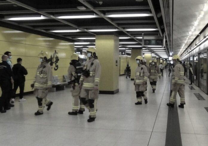Asap Keluar didalam Kereta Api di Stasiun MTR Yau Tong Jurusan North Point
