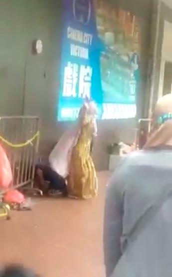 MIRIS: Diduga Masalah Asmara, Sekelompok Pria Indonesia di Hong Kong Main Keroyok dan Hajar Seorang Laki-Laki yang Juga WNI