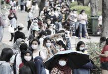 Dibawah Terik Matahari, Ratusan Buruh Migran Rela Mengantri Untuk Uji Tes Virus Corona di Causeway Bay dan Tung Chung